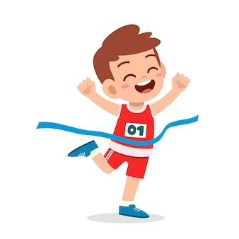 Śliczny mały chłopiec biegnie w wyścigu maratońskim i wygrywa