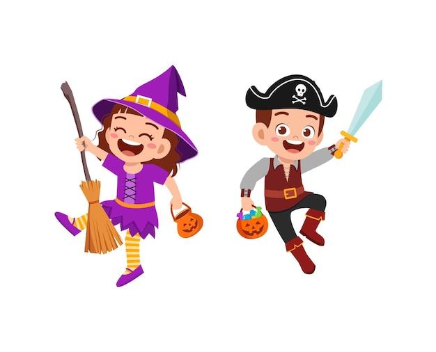 Śliczny mały chłopiec i dziewczynka świętują halloween z przyjacielem