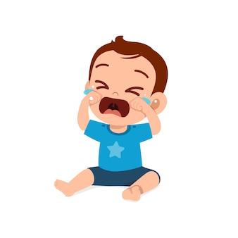 Śliczny mały chłopiec pokazuje smutny wyraz twarzy i płacze