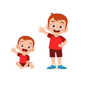 Śliczny mały chłopiec przywita się z młodym bratem