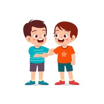 Śliczny mały chłopiec robi rękę z przyjacielem