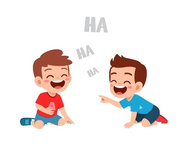 Śliczny mały chłopiec śmieje się razem z przyjacielem