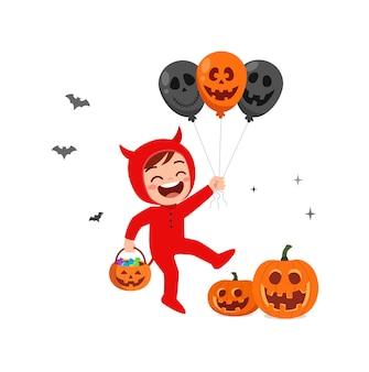 Śliczny mały chłopiec świętuje halloweenowy kostium diabła