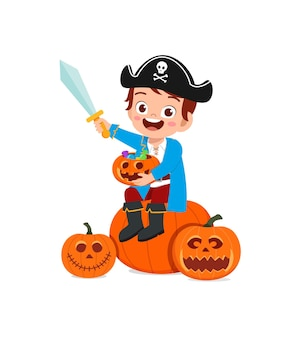 Śliczny mały chłopiec świętuje halloweenowy kostium pirata