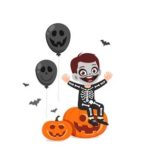 Śliczny mały chłopiec świętuje halloweenowy kostium szkieletu