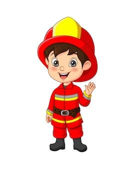 Śliczny mały chłopiec ubrany w strój strażaka
