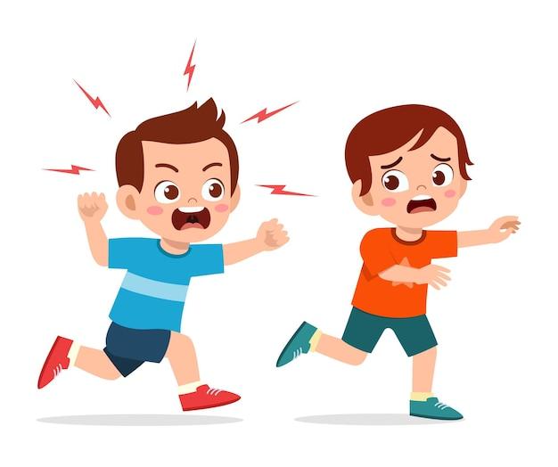 Śliczny mały chłopiec złości się i goni przestraszonego przyjaciela