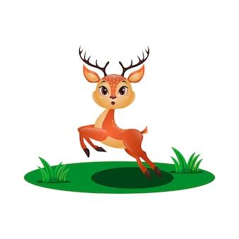 Śliczny mały jeleń skaczący na trawie
