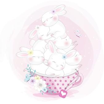 Śliczny mały królik siedzi wewnątrz filiżanki herbaty