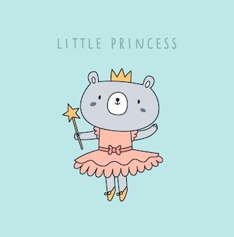 Śliczny mały księżniczka niedźwiedź w koronie i różowej sukni odizolowywającej na mennicy