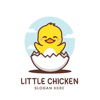 Śliczny mały kurczak z logo jajka