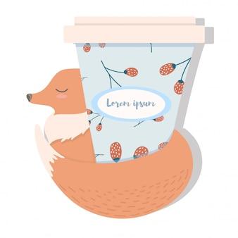 Śliczny mały lis z gorącą kawą na wynos.