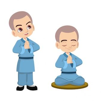 Śliczny mały mnich shaolin modli się i medytuje