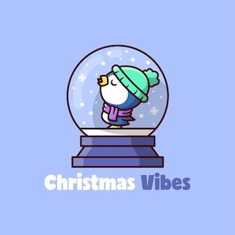 Śliczny mały niebieski pingwin w świątecznej szklanej kulce