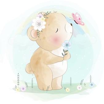 Śliczny mały niedźwiedź bawić się z motylem