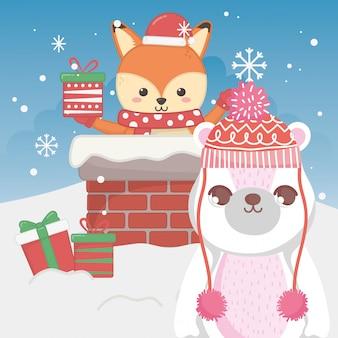 Śliczny niedźwiedź polarny i lis z prezentem w kominkowych wesoło bożych narodzeniach