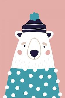Śliczny niedźwiedź polarny w kapeluszu i pulowerze na różowym tle. pionowa karta z pozdrowieniami. kolorowa ilustracja dla pocztówki w kreskówka stylu.