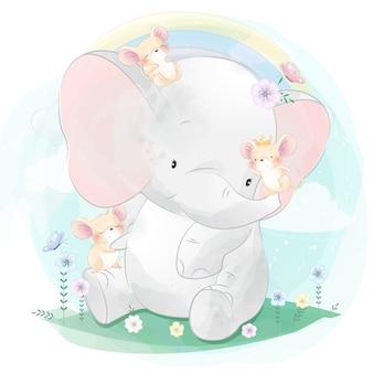 Śliczny słoń bawić się z małą myszą