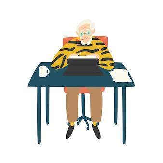 Śliczny starszy pisarz, krytyk lub powieściopisarz siedzi przy biurku, pali fajkę i pracuje na maszynie do pisania. autor pisania książki. zabawny stary człowiek korzystający ze swojego hobby. ilustracja wektorowa kolorowy płaski kreskówka.