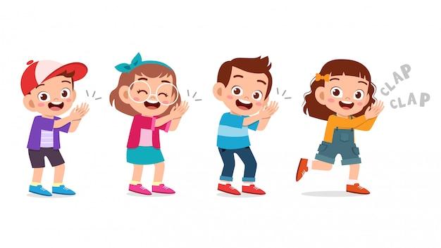 Śliczny szczęśliwy dzieciak klaszcz ręki otuchy uśmiech