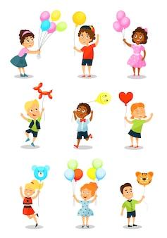 Śliczny szczęśliwy dzieciak z balonami, małymi chłopiec i dziewczynami trzyma kolorowych balony różni kształty ilustracyjni na białym tle.