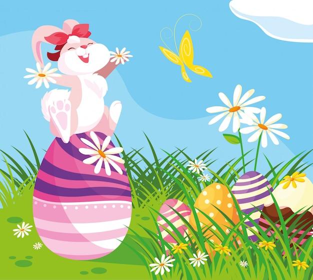 Śliczny żeński królik z jajkami easter w ogródzie