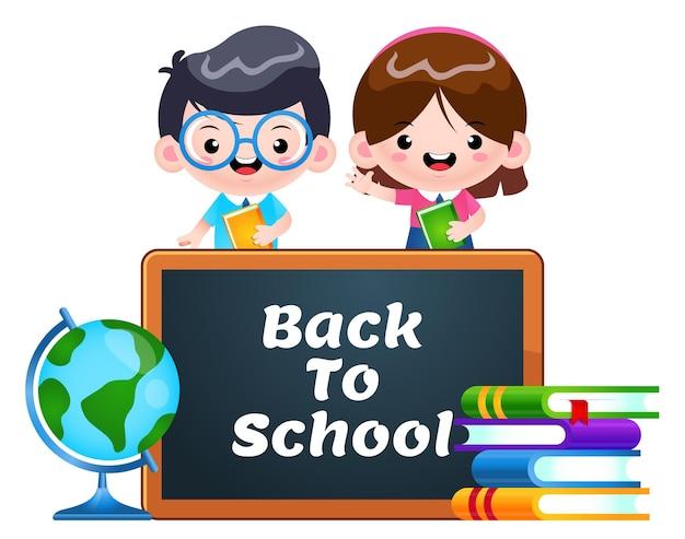 Słodcy uczniowie z tablicą z powrotem do szkoły