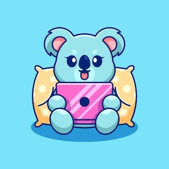 Słodka koala grająca w kreskówki na laptopie