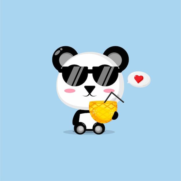 Słodka panda przynosi sok ananasowy