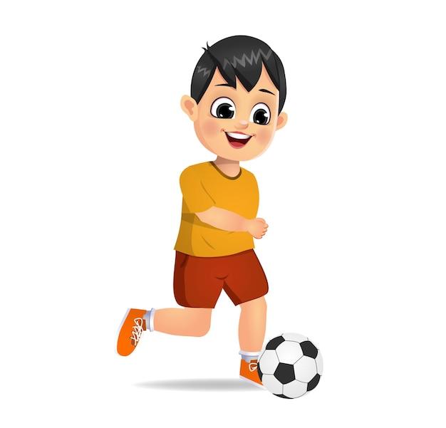 Słodki chłopiec gra w piłkę nożną