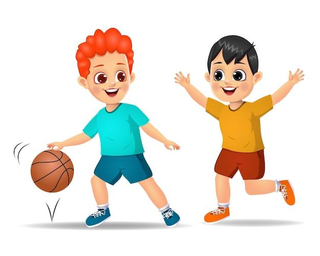 Słodki chłopiec grający w koszykówkę