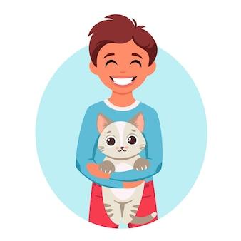 Słodki chłopiec trzyma kota w dłoniach chłopiec ze zwierzakiem