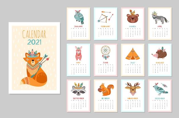 Słodki kalendarz ze zwierzętami 2021. zwierzęta dla dzieci, leśne plemienne plakaty dzikiej przyrody. miesięczny harmonogram lisa polarnego niedźwiedź jelenia szop pracz ilustracji wektorowych. kalendarz z postacią plemienia, szopem i ptakiem
