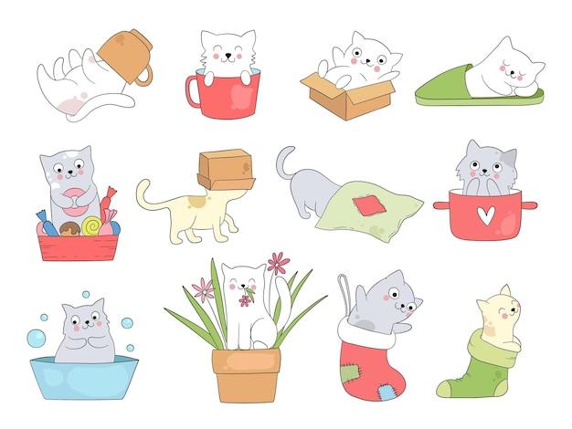 Słodki kotek. śmieszne koty w kubkach śpiące grając skaczący kotek chowają się w kapcie wektor kreskówka zwierzę. kotek i kotek słodkie, relaksujące lub zabawne ilustracje