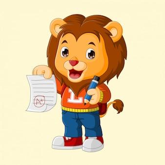Słodki lew pokazujący wyniki testów szkolnych,