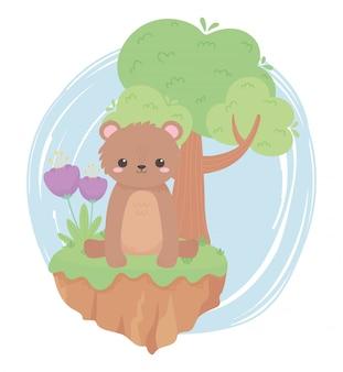 Słodki mały miś siedzi z kwiatami i drzewnymi zwierzętami kreskówek w naturalnym krajobrazie