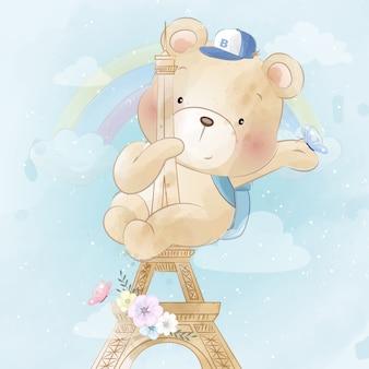 Słodki miś czołgający się po wieży paryża