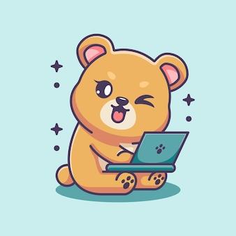 Słodki miś pracuje nad kreskówką na laptopie
