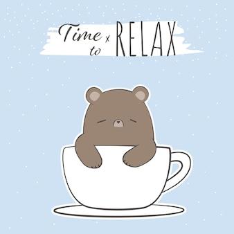 Słodki miś śpi w filiżance kawy kreskówka doodle relaksująca karta