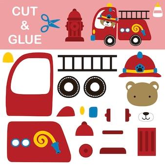 Słodki miś w hełmie strażaka prowadzący samochód strażacki z hydrantem. papierowa gra dla dzieci. wycinanie i klejenie.