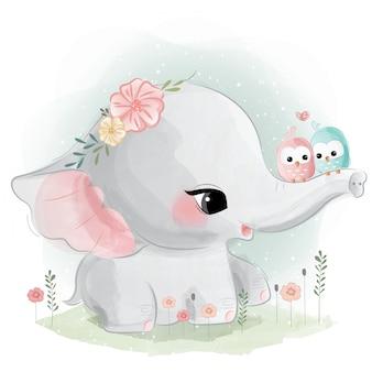 Słodki słoń z ptakami na pniu