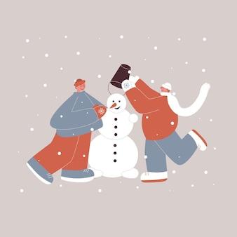 Słodki wesoły lgbt bawi się i ulepia bałwana na świeżym powietrzu pod śniegiem