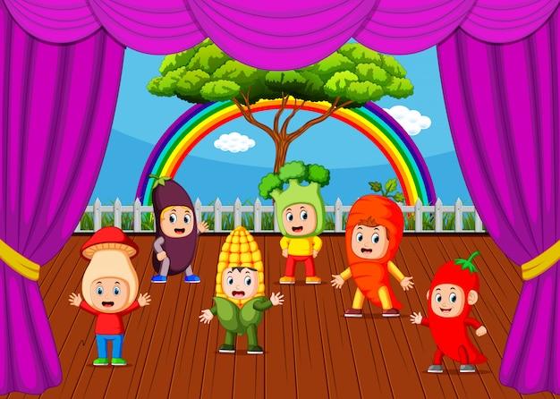 Słodkie dzieci noszące kolekcje kostiumów warzywnych