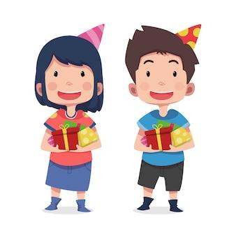 Słodkie dzieci postacie z prezentem urodzinowym