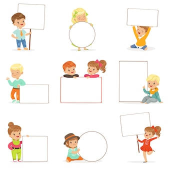 Słodkie dzieci trzymając białe puste deski w różnych pozach zestaw. uśmiechający się małych chłopców i dziewcząt w ubranie z ilustracjami puste plakaty