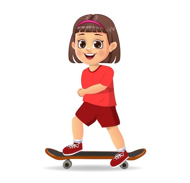 Słodkie dziecko dziewczynka bawi się na deskorolce
