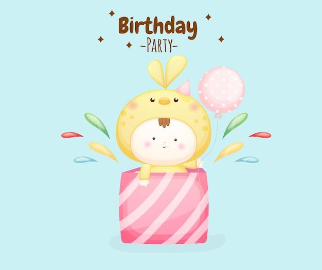 Słodkie dziecko w kostiumie ptaka z tekstem przyjęcia urodzinowego premium wektorów
