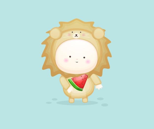 Słodkie dziecko w stroju lwa, trzymając lody arbuzowe. ilustracja kreskówka maskotka premium wektorów