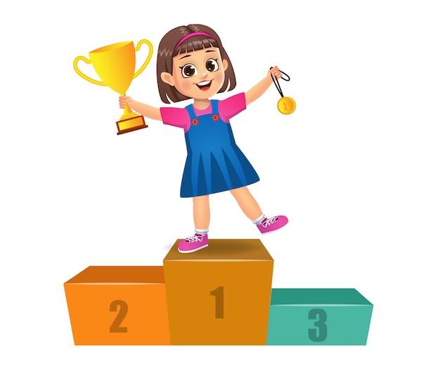 Słodkie dziecko zwycięzca stojąc na podium. odosobniony