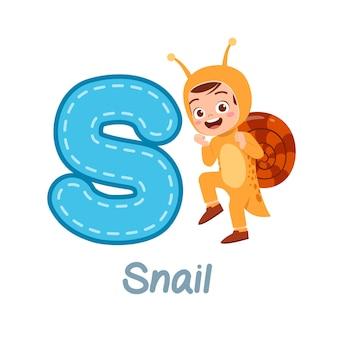 Słodkie małe dziecko nosi kostium do nauki alfabetu